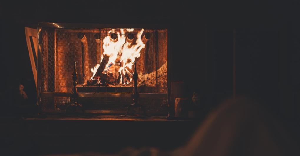 Das Feuer im Kamin lodert vor sich hin