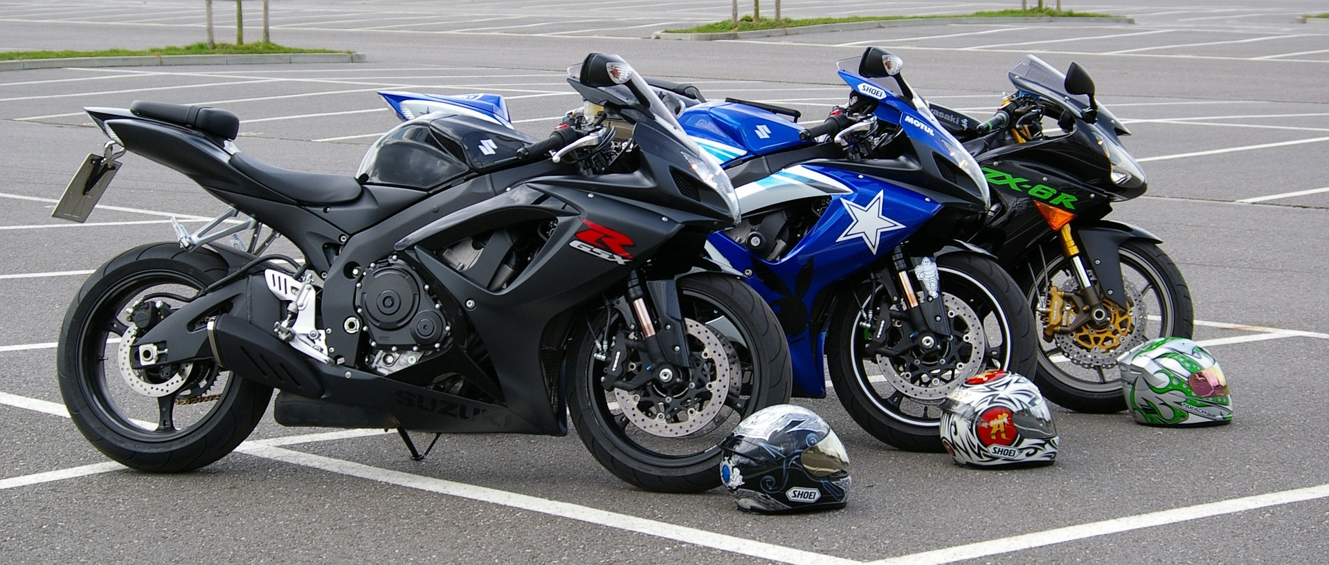 Motorräder und Helme